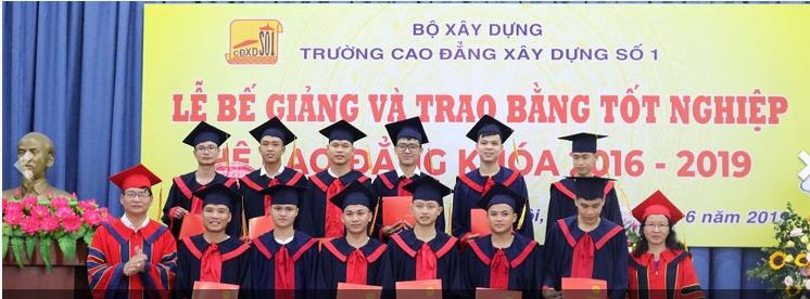 Lễ trao bằng tốt nghiệp cho sinh viên ngành kỹ thuật xây dựng dân dụng