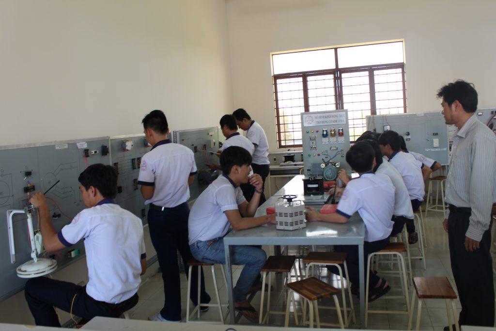 Lớp học thực hành về điện