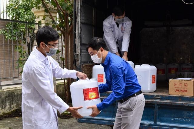 ĐH Bách khoa Hà Nội tặng 500 lít dung dịch sát khuẩn cho người dân vùng dịch xã Sơn Lôi