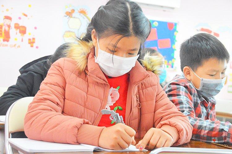 Học sinh Hà Nội khi đến trường phải đeo khẩu trang để phòng chống dịch _ Ảnh minh họa